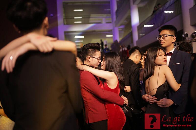 Prom là buổi tiệc kỷ niệm thời học sinh đáng nhớ.