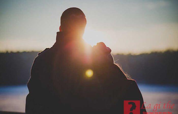 Yêu là gì? Tình yêu có phải là điều tốt đẹp nhất không