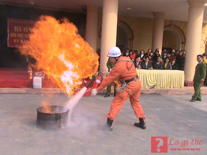 Khí CO2 trong bình chữa cháy giúp dập tắt lửa nhanh chóng.