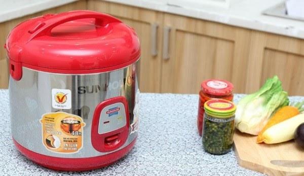 Dùng búa hoặc vật cứng để đóng nhẹ vào đáy nồi cơm điện